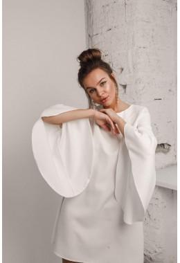 Платье молочное  с рукавами с широкими воланами