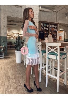 Облегающее голубое платье с оборками