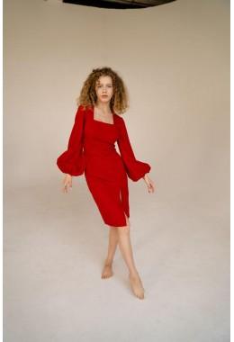 Модное красное платье с рукавами-воланами по фигуре