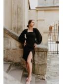 Модное черное платье с рукавами-воланами по фигуре