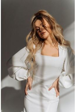 Модное молочное платье с рукавами-воланами по фигуре