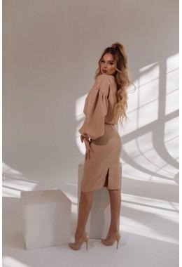 Элегантный бежевый юбочный костюм