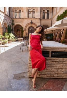 Нежное красное платье на бретельках