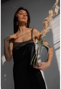 Нежное черное платье на бретельках