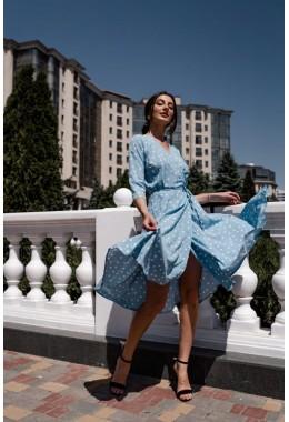 Легкое платье на запах цвета голубое в крупный горох