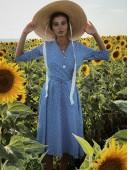 Легкое платье на запах цвета голубое в частый горох