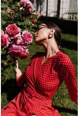 Легкое красное платье на запах в мелкий горох