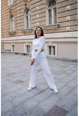 Спортивный костюм со свободными штанами белого цвета