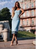 Изящное платье-футляр с отделкой из кружева