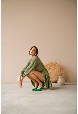 Модное платье с оборкой цвета хаки