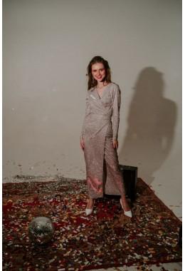 Длинное нарядное платье на запах розового цвета