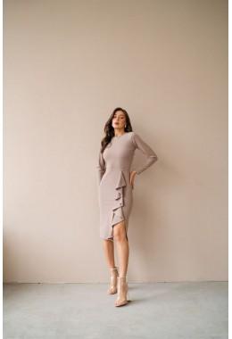 Элегантное платье с рюшей бежевого цвета
