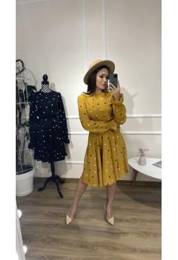 Милое платье в горошек цвета горчица