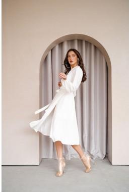 Платье на запах миди длины молочное