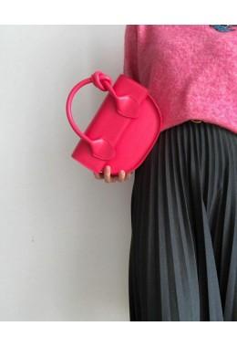 Модная маленькая сумка малинового цвета