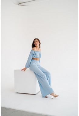 Модный легкий голубой костюм