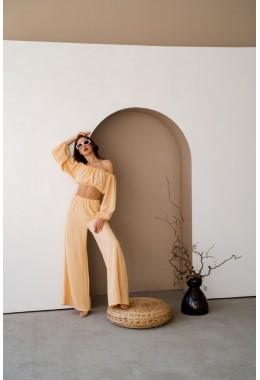 Модный легкий желтый костюм