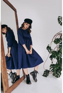Сдержанное платье миди длины темно-синего цвета