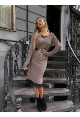 Теплое платье прямого кроя с кружевом
