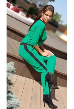 Спортивный костюм с контрастной отделкой зеленого цвета