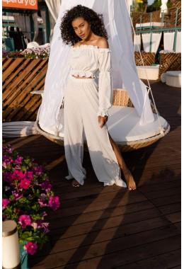 Белый костюм в горошек