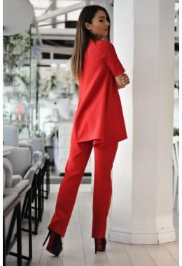 Костюм со свободной блузой красного цвета