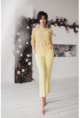 Брючный костюм с гипюровой блузой желтый