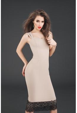 Изящное бежевое платье-футляр с отделкой из кружева